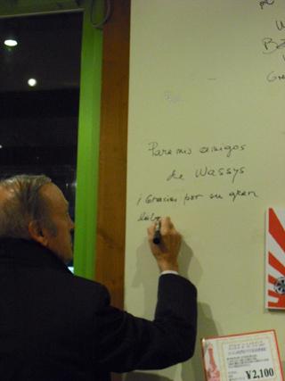 ミゲルトーレス 壁サイン.JPG